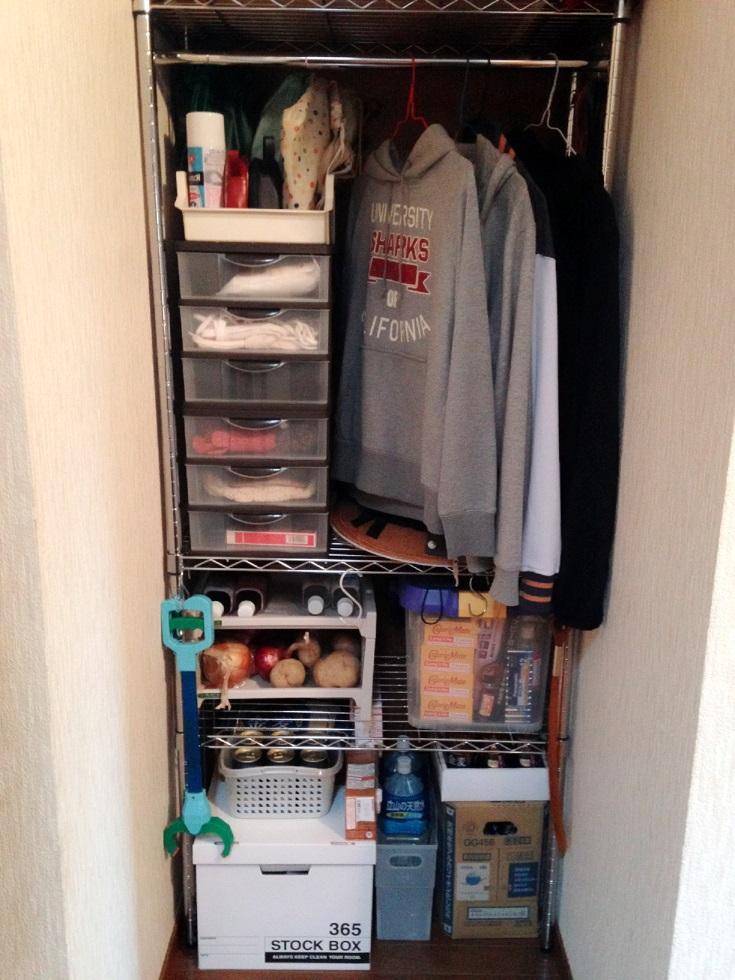 サイズピッタリのスチールラックで玄関先にストック庫&洋服ちょいかけスペースが完成!